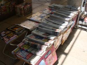 Jornais impressos na Espanha. Praticamente todos no formato berlinder