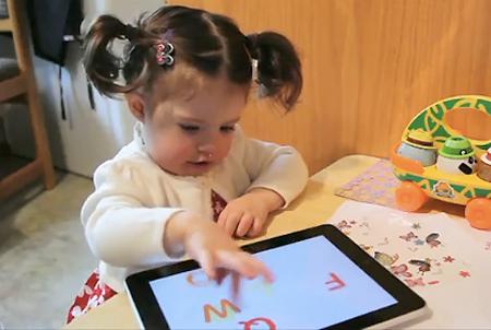 Criança brinca com tablet
