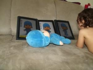 Sofia, dois anos usa três tablets iPad para brincar. Na hora de dormir leva o boneco Pocoyo (físico) para a cama