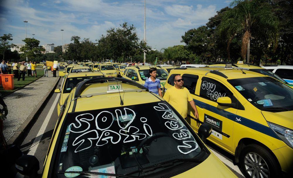 Taxistas protestam no Rio de Janeiro contra o Uber